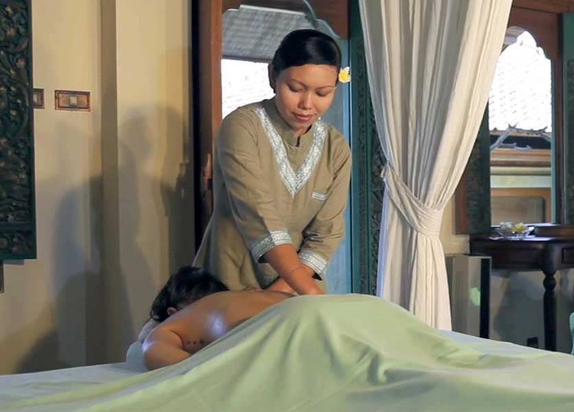 A lady being massaged with Traditional Candidasa body massage